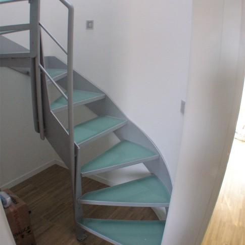 Il vetro antiscivolo è un componente molto usato nelle scale e nei camminamenti.