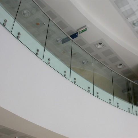 I parapetti in vetro curvo mostrati in foto uniscono la sicurezza al design raffinato.