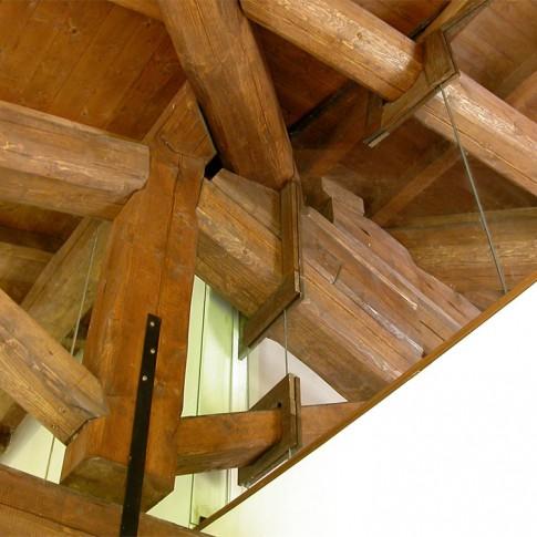 Il legno e il vetro in questa foto costituiscono un'accoppiata perfetta.