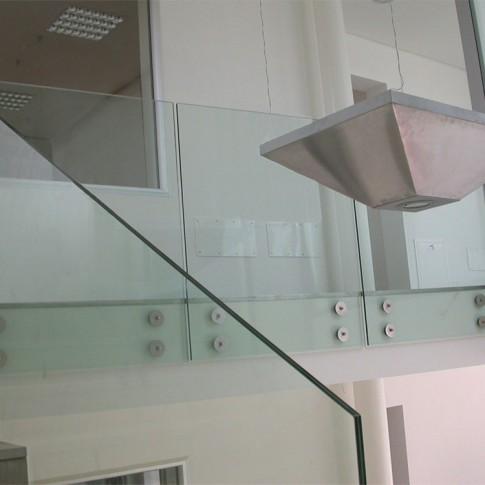 Le cerniere mostrate nella foto rendono sicuri i parapetti in vetro, fissati alle strutture murarie.
