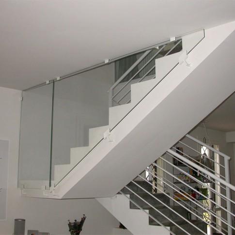 Insieme ai parapetti, le pareti in vetro stratificato sono componenti molto usati nell'edilizia strutturale.
