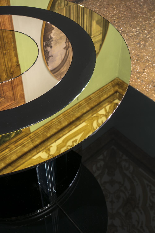 vb colors 01 – tavolo circolare morbido nelle forme, dai colori caldi ma delicati, sospeso tra pavimento e soffitto.