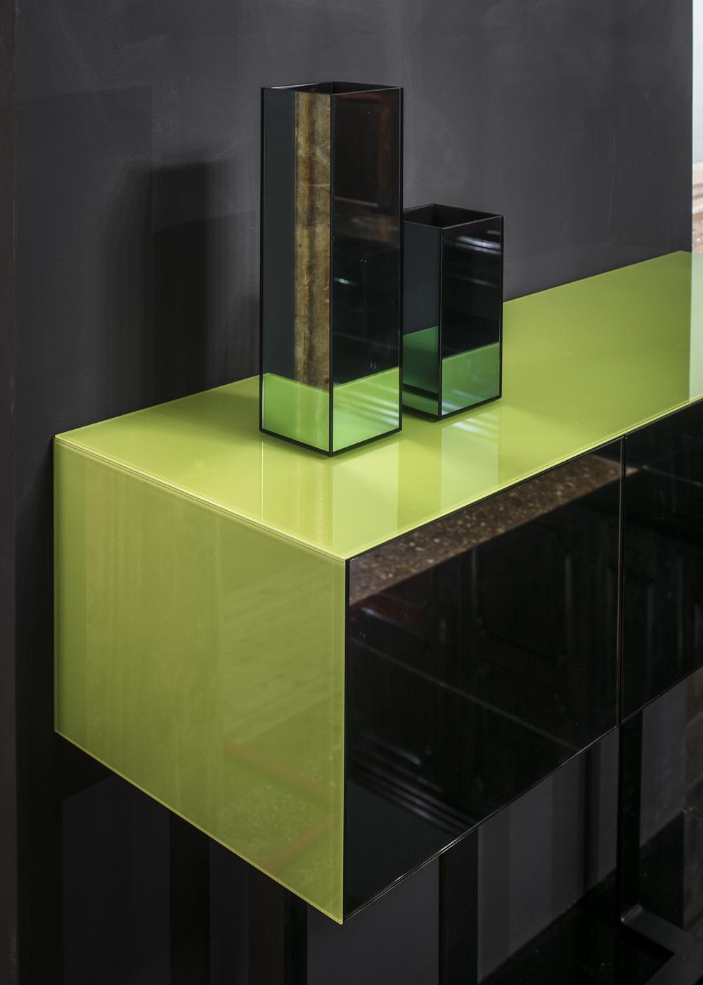 vb colors 03 – la consolle verde vuole elogiare il colore simbolo della natura attraverso forme raffinate e senza tempo.