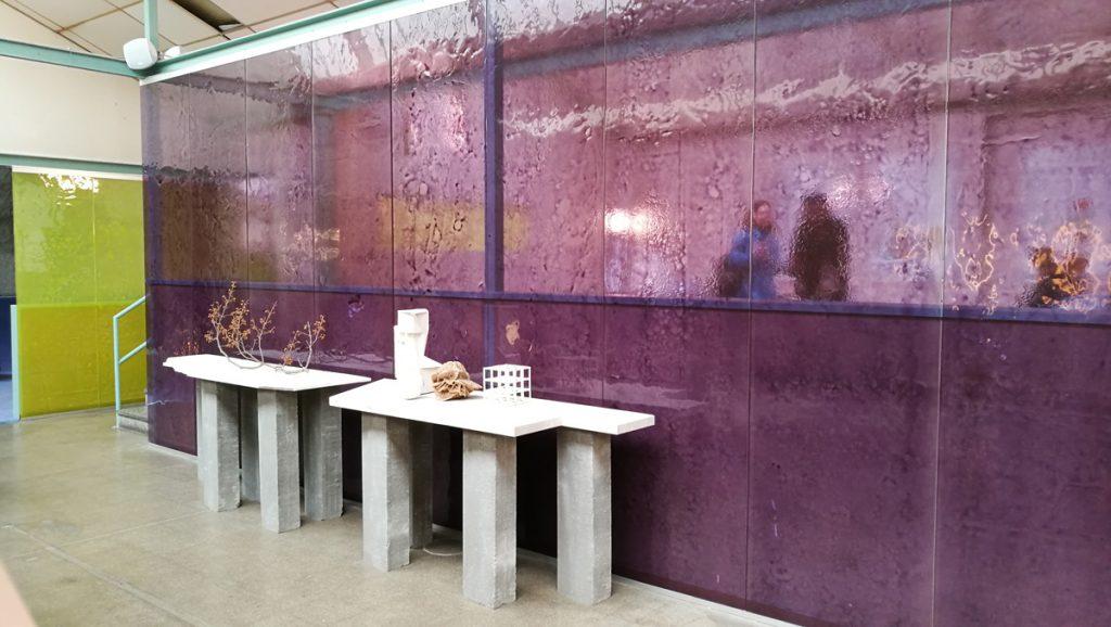Parete divisoria costituita da lastre di vetro lavorate in vetro fusione e poi verniciate.