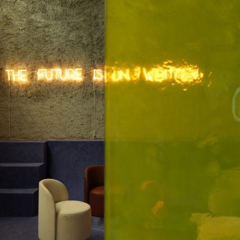 In questa immagine si nota la trasparenza della parete divisoria in vetrofusione, decorata con vernice trasparente gialla.